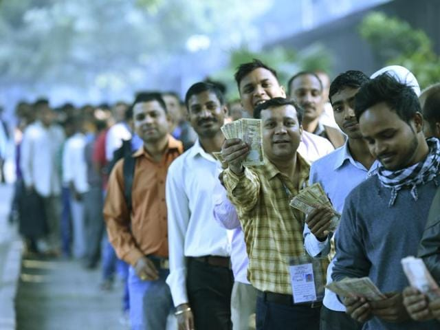 Long queue in front of the Reserve Bank of India at Parliament Street for new currency in Delhi.