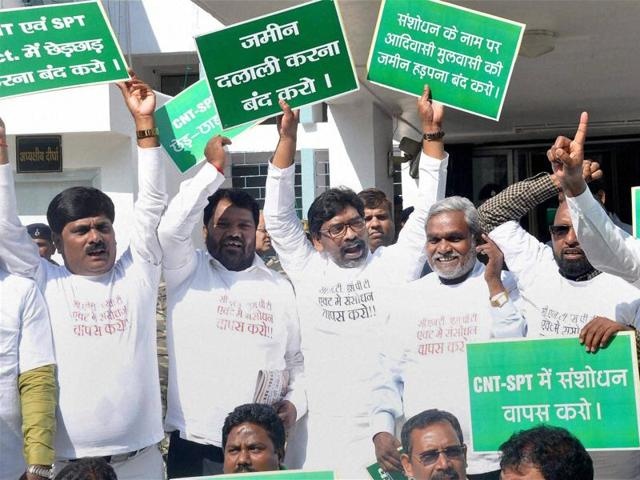 Jharkhand Mukti Morcha MLAs stage a protest against Chotangapur Tennacy Act (CNT) and Santhal Pargana Tennacy (SPT) Act outside the state assembly during ongoing winter Session, in Ranchi on Wednesday.(PTI)