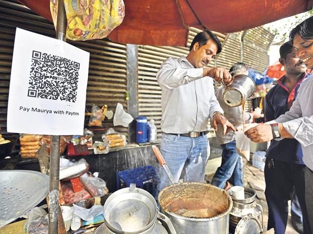 Street vendors are turning to payments via mobile wallets.(Mohd Zakir/ht)