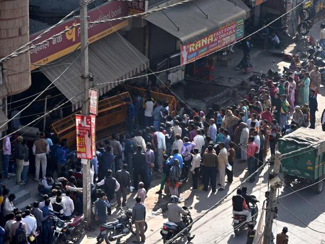 Long queues at banks in Delhi. Mohd Shakeel's family said he went to banks early morning, hoping his turn would come. But he returned every evening disappointed.(Arun Sharma/Hindustan Times)