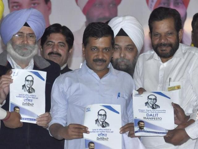Flanked by party leaders, AAP convener Arvind Kejriwal releases the Dalit manifesto at a rally at Goraya in Jalandhar on Friday, November 25.(Sikander Singh Chopra/HT Photo)
