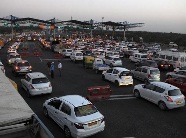 Traffic congestion at the toll plaza on Gurgaon-Faridabad road on Friday evening.(Parveen Kumar/HT Photo)