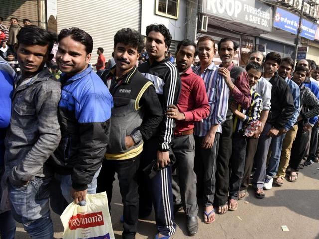 Among the people queued up at the ATMs were also those who could not withdraw on working days.