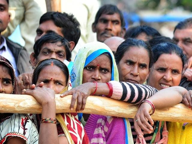 Villagers queue outside a bank as they wait to deposit and exchange 500 and 1000 rupee notes in Hanuman Ganj village on the outskirts of Allahabad on November 18, 2016.(AFP)