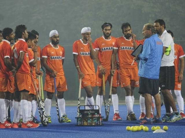 Roelant Oltmans and junior team coach Harendra Singh talk to players ahead of their first training session in Lucknow.(Deepak Gupta/HT Photo)