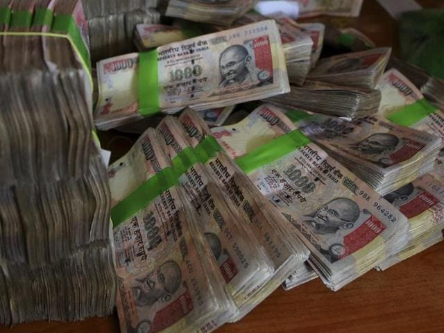 Cops busted two ceramic businessmen and recovered Rs 22.75 lakh in illegal banknotes.