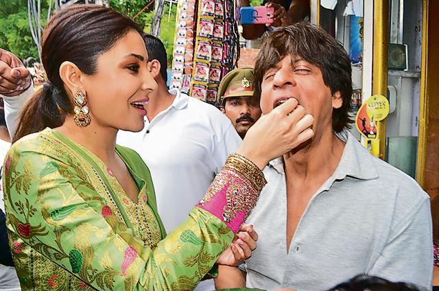 Shah Rukh relishes paan Banaras wala!