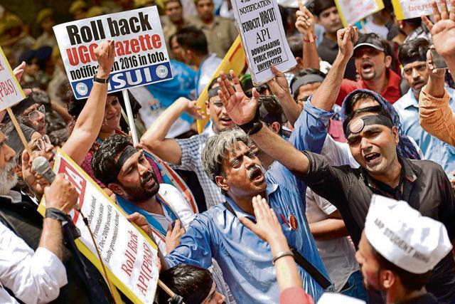 DUTA members demand roll back of the UGC's gazette Notification 2016 in New Delhi, May 30(Hindustan Times)