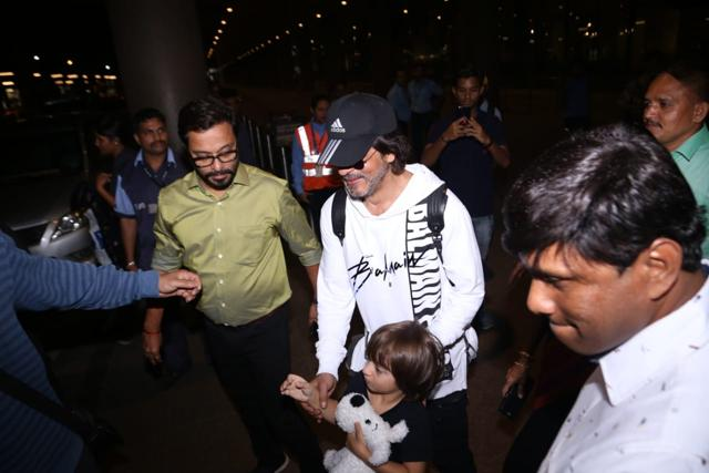 Shah Rukh Khan's Son AbRam Khan Tries To Hide His Face From The Paparazzi As He Returns Home