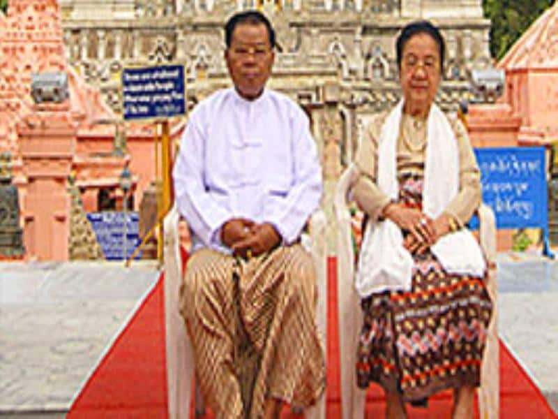 Myanmar leader senior general Than Shwe (L) and wife visit the historical Mahabodhi Temple in Bodhgaya.