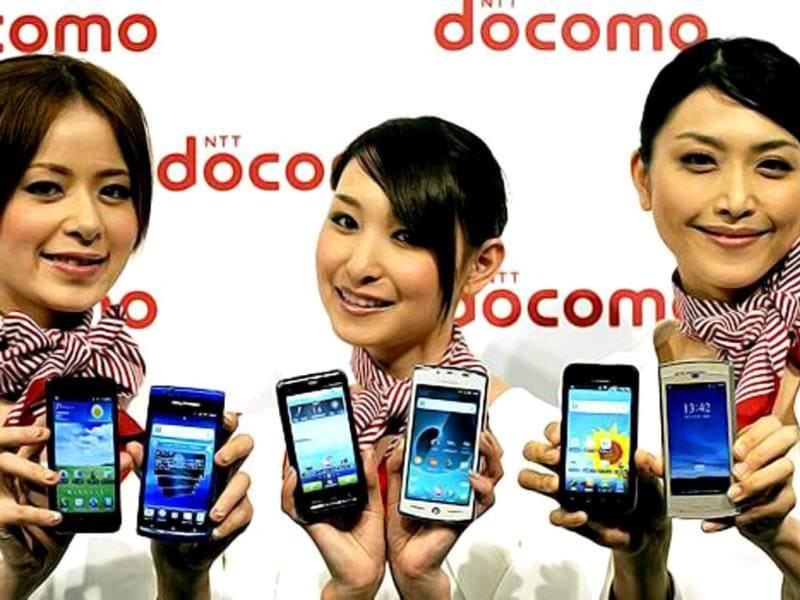 Models show off NTT Docomo's new smart phones during the company's 2011 summer model press preview in Tokyo. (AFP photo)