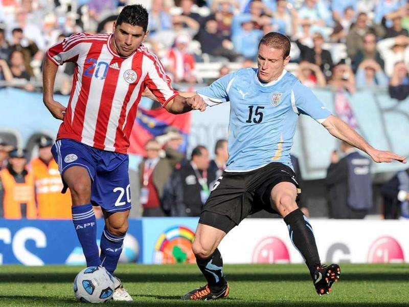 Paraguayan midfielder Nestor Ortigoza (L) is marked by Uruguayan midfielder Diego Perez during the 2011 Copa America football tournament final held at the Monumental stadium in Buenos Aires.