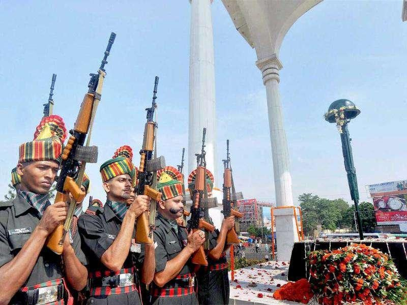 Military jawans pay homage to the statue of Shaheed-e-Kargil Martyrs in Patna on the occasion of Kargil Vijay Diwas.