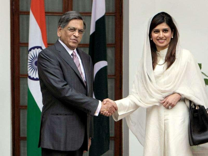Pakistan foreign minister Hina Rabbani Khar shakes hands with external affairs minister SM Krishna prior to a meeting in New Delhi.