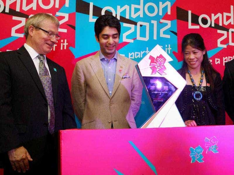 Ace shooter Abhinav Bindra and boxer MC Mary Kom with British deputy high commissioner Julian Evans (L) and director, British Council, Rob Lynes (R) during the unveiling of London 2012 Olympics countdown clock in New Delhi.