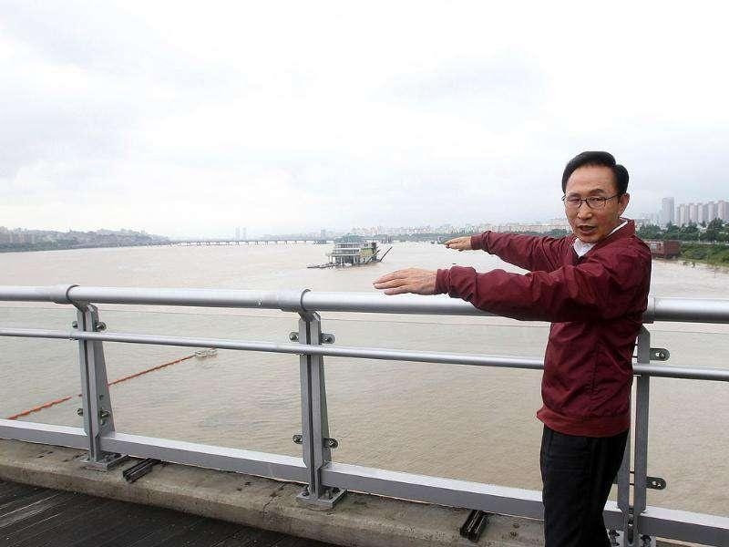 South Korean President Lee Myung-bak surveys the Han river on a bridge during his visit for a safety check, in Seoul.