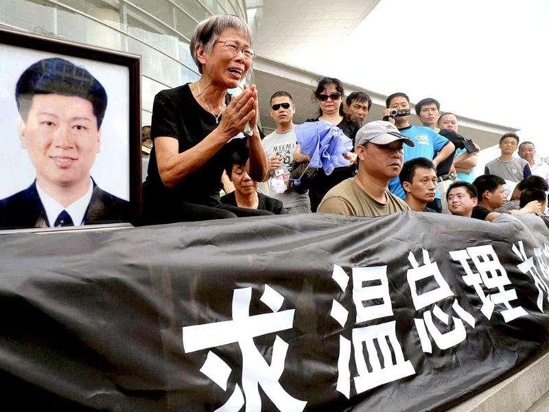 Relatives of victims in last weekend's train crash gather to call on Chinese Premier Wen Jiabao for aid.