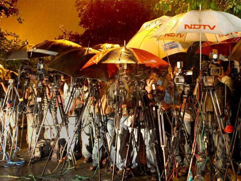 Media person outside the residence of BJP president Nitin Gadkari to cover outcome of meeting between him and Karnataka chief minister BS Yeddyurappa at the wee hours in New Delhi.