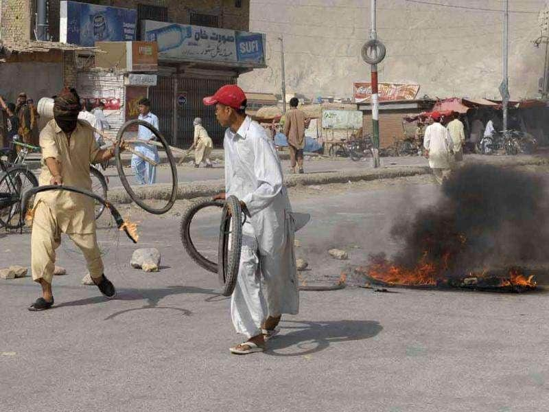 Pakistani Shiites burn tires to protest against the killing of Shiites in Quetta.