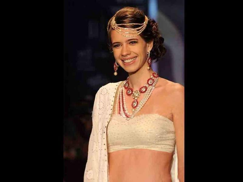 Kalki Koechlin walks the ramp for Kay Jewels but her jewellery is a let down.