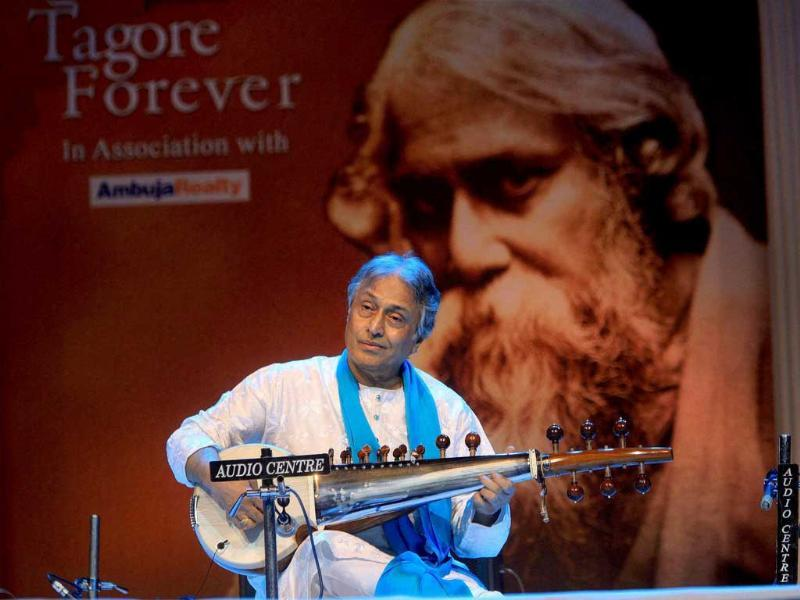 Sarod maestro Ustad Amjad Ali Khan performs during the 'Tagore Forever' programme in Kolkata