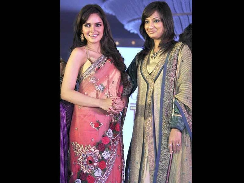 Shahzahn Padamsee (L) walks the ramp while displaying creations by designer Pallavi Goenka (R). (AFP)
