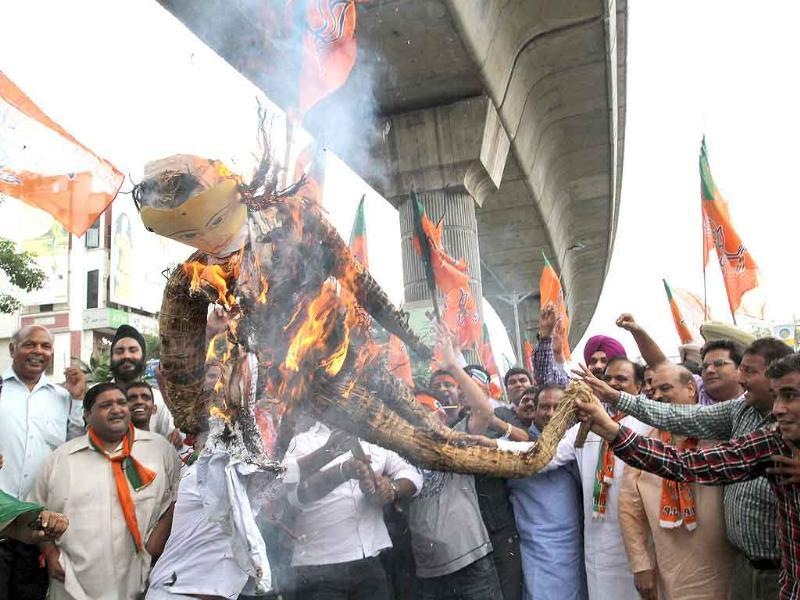 BJP Delhi pradesh president Vijender Gupta and BJP MP Navjyot Singh Sidhu and party workers burns the effigy of Delhi chief minister Sheila Dikshit on CWG issue in Delhi.