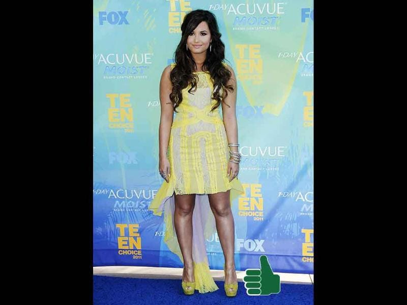Demi Lovato brings some sunshine with her bright yellow trailing, while keeping her hair & makeup simple. Go girl!