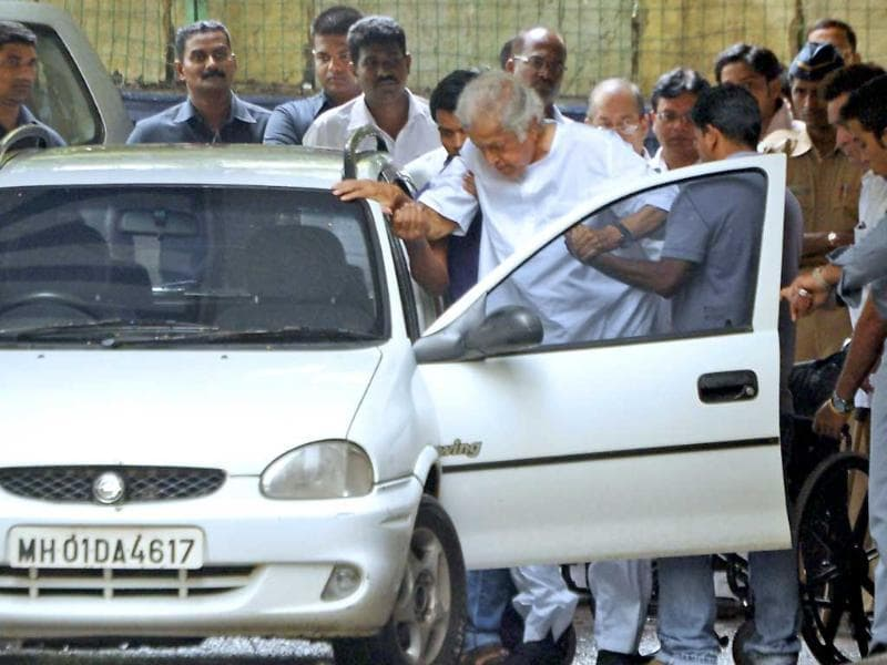Actor Shashi Kapoor is assisted into a vehicle after paying his respects to brother Shammi Kapoor following his death.