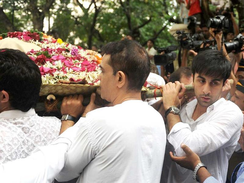 Ranbir Kapoor helps carry the mortal remains of his grand-uncle Shammi Kapoor.