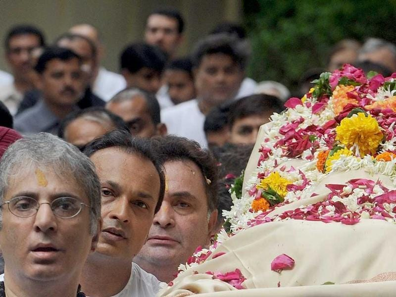 Aditya Raj Kapoor, Rishi Kapoor and Anil Ambani carry Shammi Kapoor on the bier for his last journey.