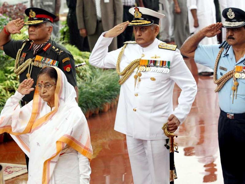 President Pratibha Patil paying tribute to martyrs at Amar Jawan Jyoti at India Gate on the occasion of 65th Independence Day in New Delhi.