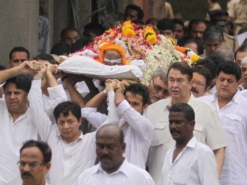 Randhir Kapoor and others carry the body of Shammi Kapoor for cremation in Mumbai.