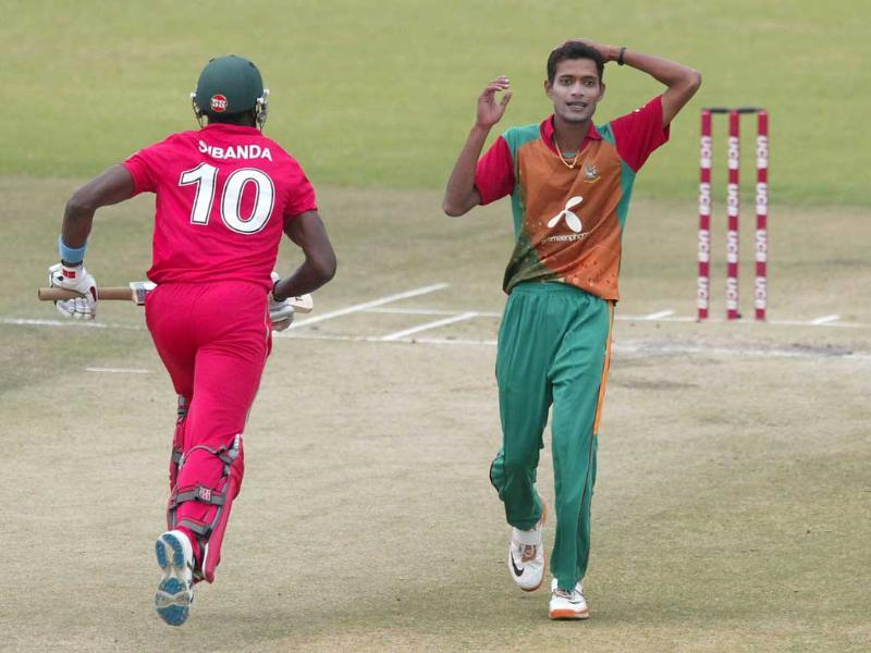 Bangladesh's Shafiul Islam (R) reacts as Zimbabwe's Vusimuzi Sibanda flies past him during the third one-day international of their five-match series between Zimbabwe and Bangladesh at the Harare Sports Club.