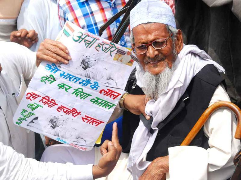 An old man protesting arrest of Anna Hazare in Ranchi.