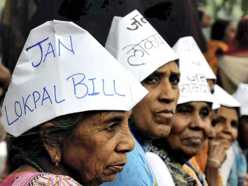 Survivors of the Bhopal Gas Disaster demonstrating at Raj Bhawan in Bhopal in support of social activist Anna Hazare's movement against corruption.
