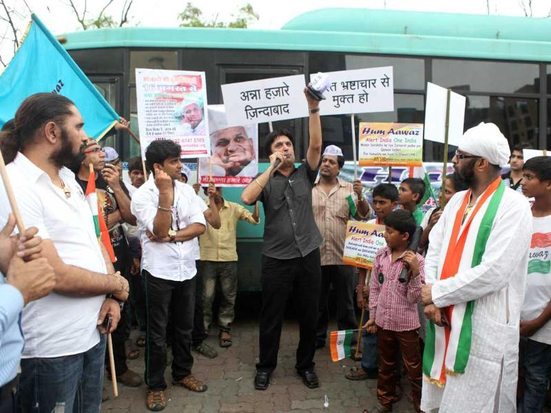TV actors protest at Lokhandwala to support Anna Hazare.