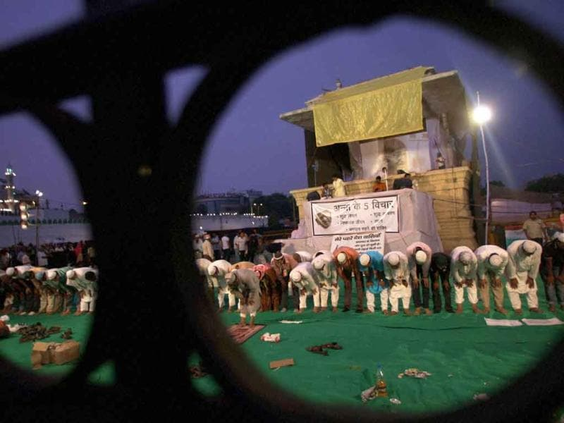 Muslims offering prayers while participating in Anna Hazare's movement against corruption at Ramlila Ground in New Delhi.