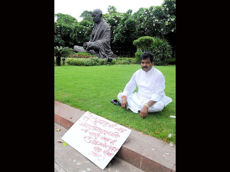 Om Prakash Yadav, an independent MP from Siwan in Bihar, participates in a sit-in protest in support of anti-corruption activists Anna Hazare on the premises of the Parliament in New Delhi.
