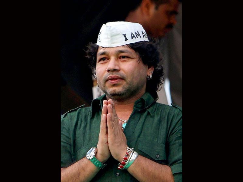 Kailash Kher sings a song during the protest against corruption at Ramlila Ground in New Delhi. (PTI)