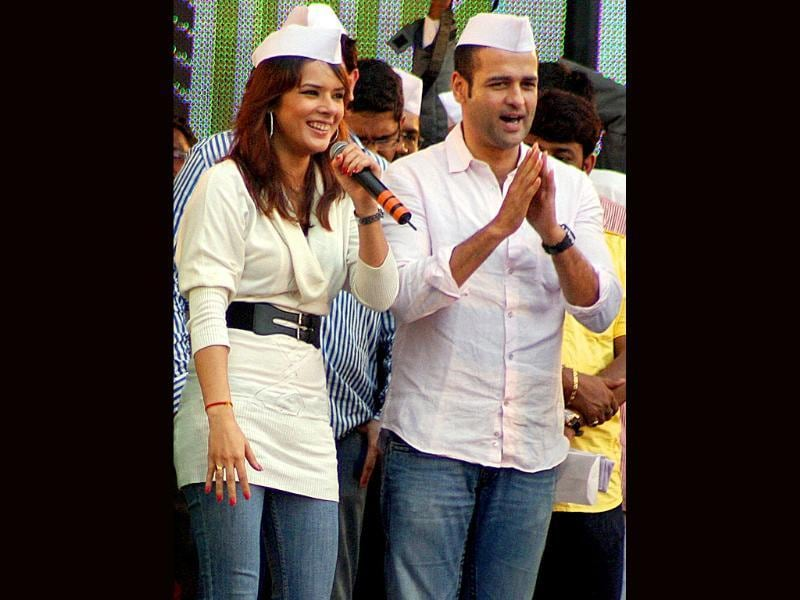 Rohit Roy and Udita Goswami don Anna cap to show their solidarity for nation. (AFP)