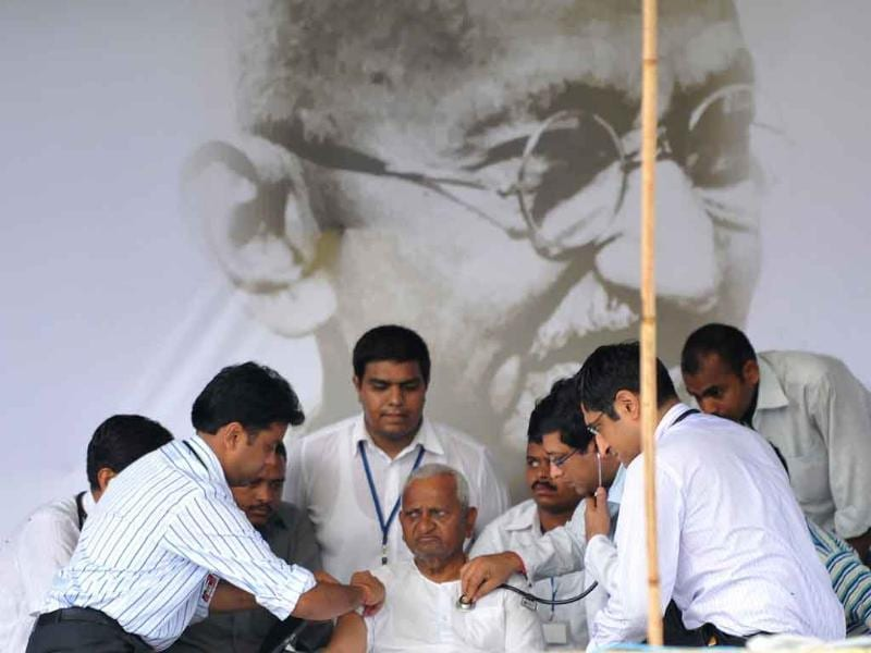 A team of doctors check anti-corruption activist Anna Hazare during a rally at Ram Lila grounds in New Delhi.