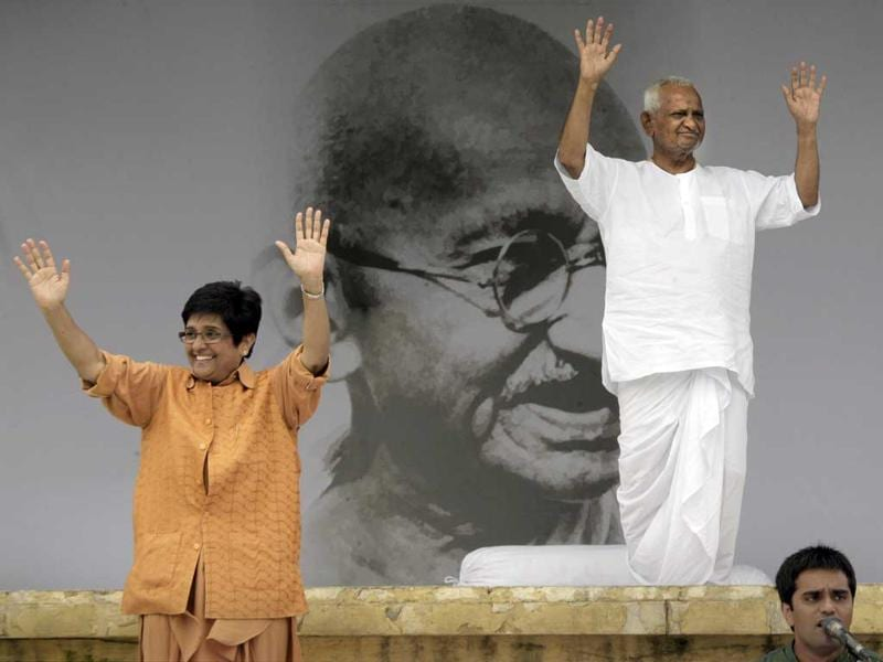 Anna Hazare(R), with his top aide Kiran Bedi, greet crowds on the ninth day of Hazare's fast, in New Delhi.