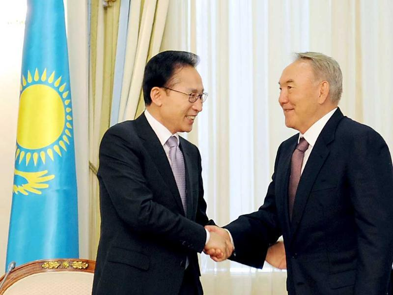 Kazakh president Nursultan Nazarbayev (R) shakes hands with his Korean counterpart Lee Myung-bak during their meeting in Astana.