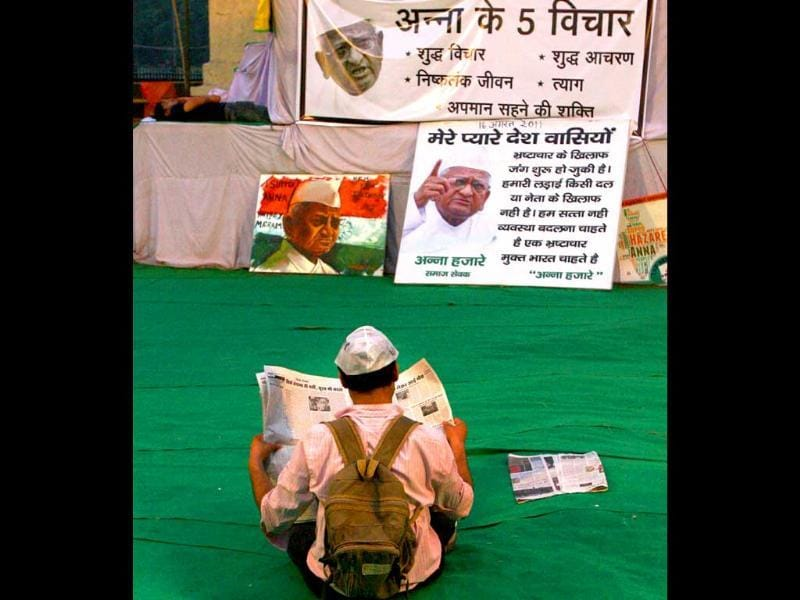 An Anna Hazare supporter reading newspaper at Ramlila Ground.