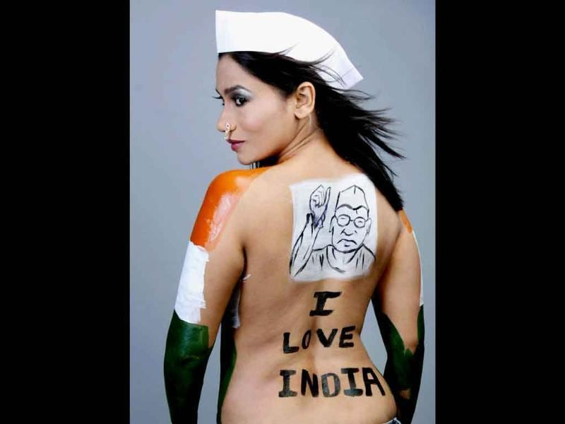 Marathi actress Yoggitta Dandekar paints her body in support of Anna Hazare's campaign against corruption in Mumbai.