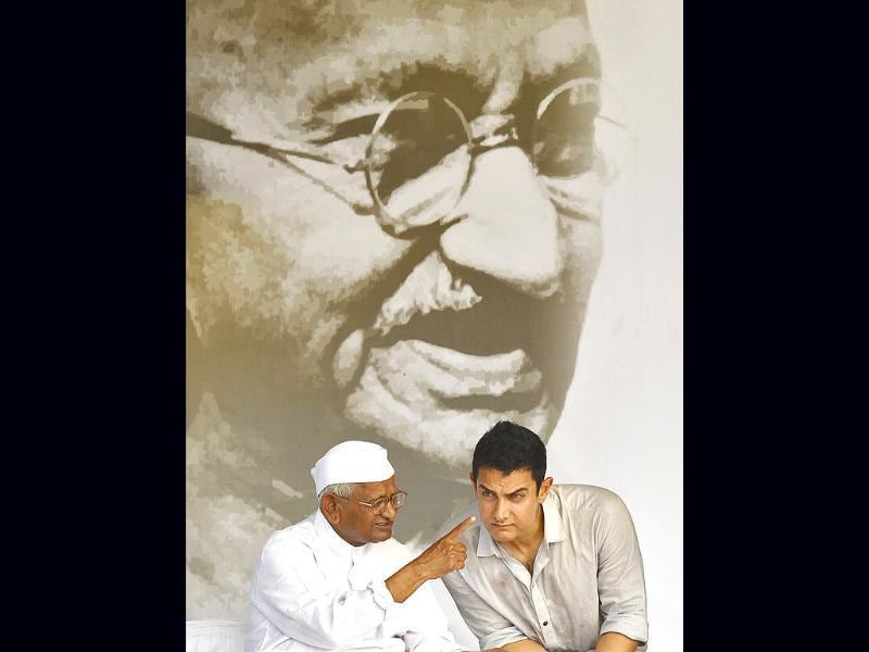 Aamir Khan was at Ramlila Maidan on Saturday to support Anna Hazare and his movement. The actor urged everyone to ensure that the Lokpal Bill is passed. Check out the actor with Anna.
