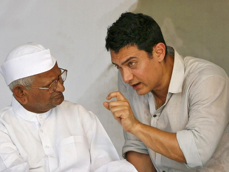 Bollywood actor Aamir Khan speaks with veteran Indian social activist Anna Hazare on the 12th day of Hazare's fast at Ramlila grounds in New Delhi. (Reuters)