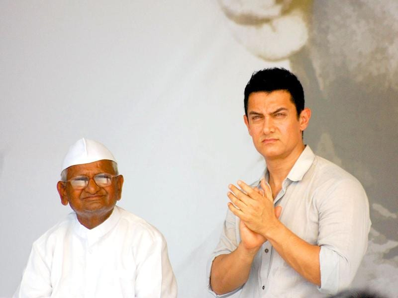 Bollywood actor Aamir Khan with social activist Anna Hazare on the 12th day of his fast for a Jan Lokpal BIll to fight corruption,  at Ramlila grounds in New Delhi.