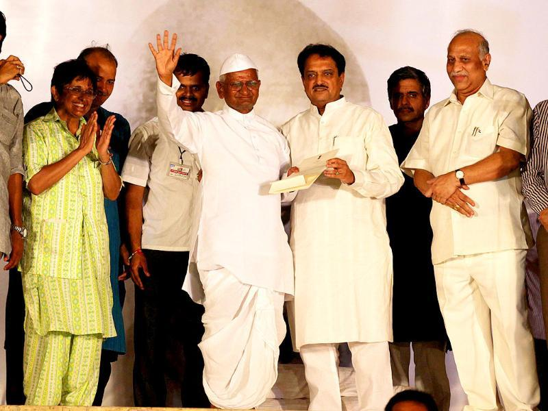 Union minister Vilasrao Deshmukh and Anna Hazare's team at Ramlila Maidian in New Delhi.